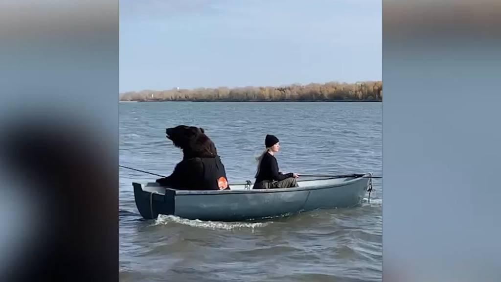 Kein Fake: Diese junge Frau sitzt mit einem riesigen Bär im Boot