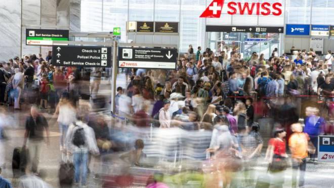 Lange Schlangen am Zurich Airport: In den nächsten 25 Jahren rechnet der Bund mit über 80 Millionen Passagieren an den Schweizer Flughäfen – mehr als heute der Megahub Dubai abfertigt. Foto: Keystone