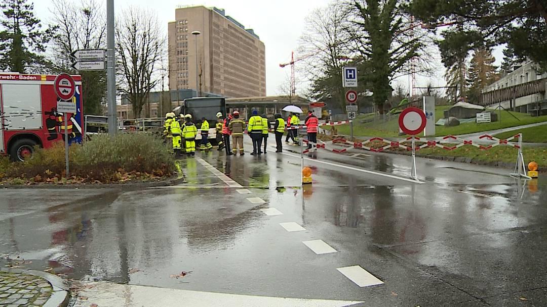 Baden: Fussgänger wird von Auto erfasst, unter Bus geschleudert und eingeklemmt