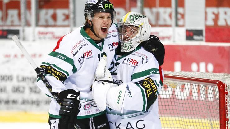Ein Bild sagt mehr als Tausend Worte: Cédric Schneuwly umarmt Matchwinner Simon Rytz.