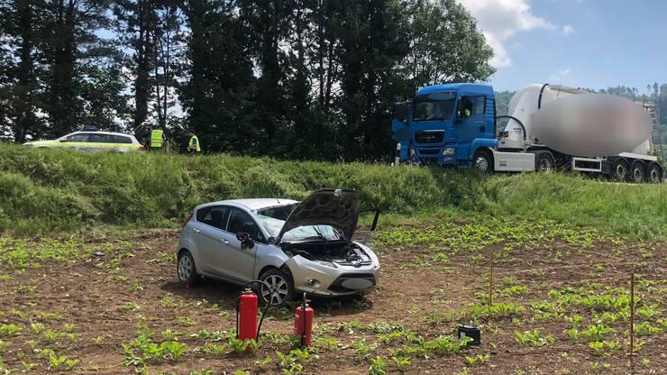 Der Lenker des Ford Fiesta wollte im Bereich der Einmündung zweier Feldwege wenden. Bei diesem Manöver kollidierte der Lastwagen, der in derselben Richtung folgte, mit dem Auto.