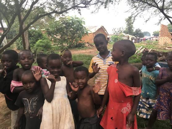 Die Bruggerin Caroline Käch (19) hilft mit einer Gruppe Schweizer und Schweizerinnen im Sommer 2019 in Uganda bei einem Schulprojekt der NGO Nouvelle Planète mit.