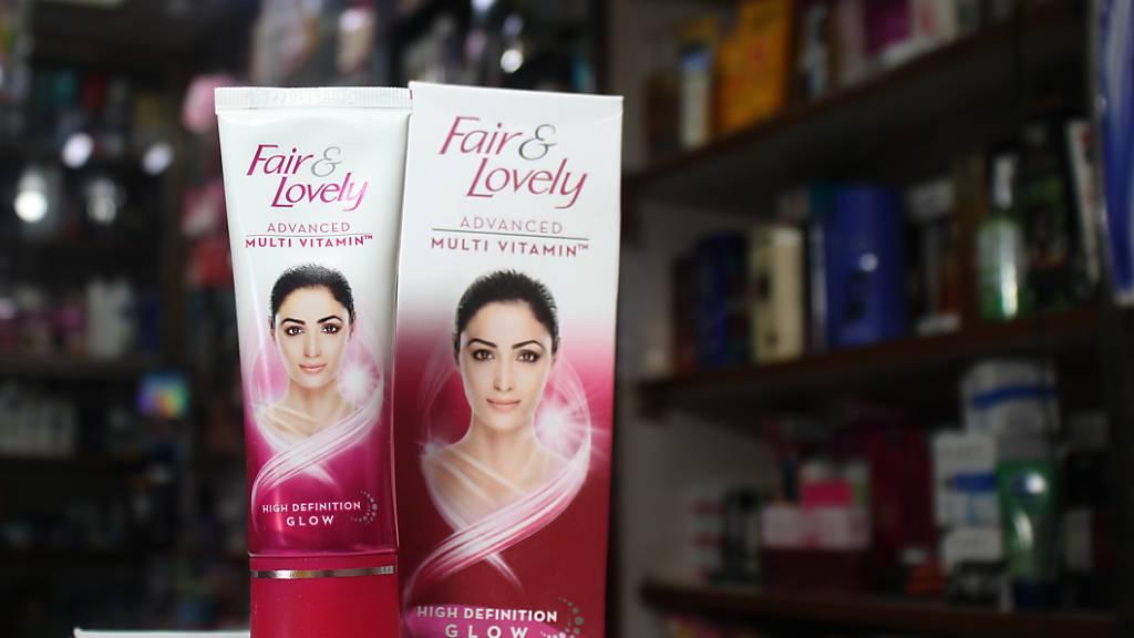 Zwei Produkte einer Hautaufhellungscreme der Marke «Fair  Lovely» werden in einem kleinen Drogeriegeschäft (Beauty Store) zum Kauf angeboten. Inzwischen stößt das Wort «fair» - «hell» - im Markennamen auf Kritik. Foto: Anne-Sophie Galli/dpa