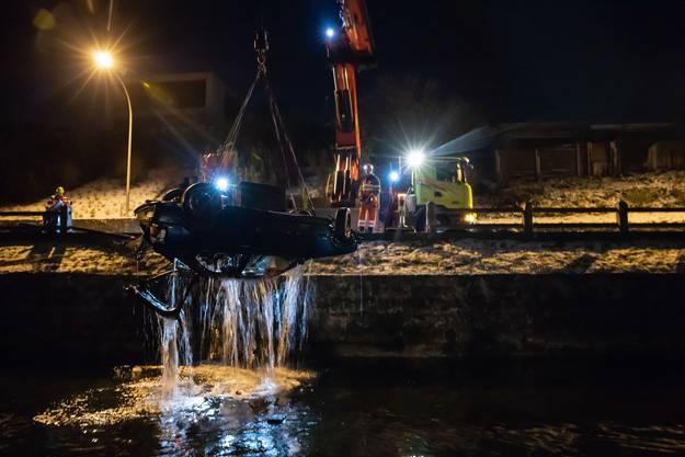 Oberwil bei Zug, 19. Januar (2): Rettungskräfte können den Lenker (23, leicht verletzt) und seine Beifahrerin (erheblich verletzt) bergen. Beide hatten sich auf das Auto retten können und waren unterkühlt.