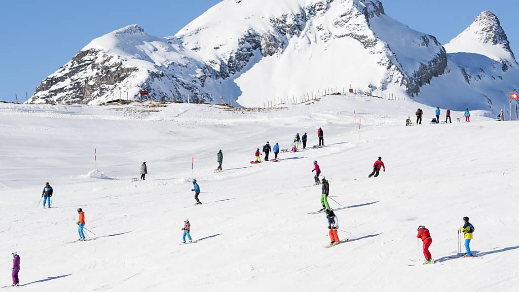 Dank der einheimischen Gäste ist in den Schweizer Skiorten der Einbruch bei den Hotelübernachtungen während der Festtage nicht so gross ausgefallen wie noch im Herbst befürchtet. (Archivbild)