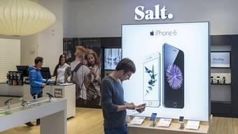 Dank höheren Preisen für Smartphones und mehr Abokunden konnte Salt die Umsatzrückgänge der Vorquartale zum Jahresbeginn stoppen. (Archiv)
