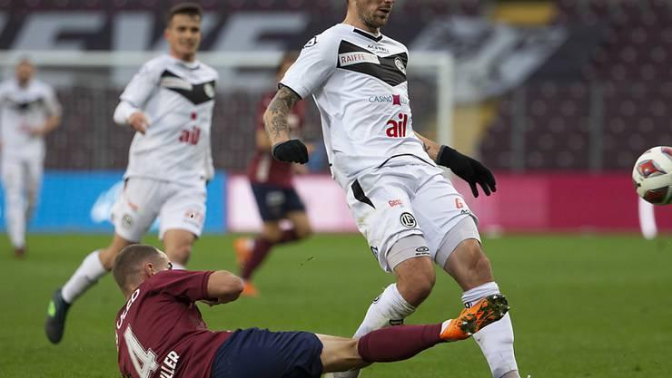 Servettes erteidiger Steve Rouiller (am Boden) gegen Luganos Stürmer Alexander Gerndt