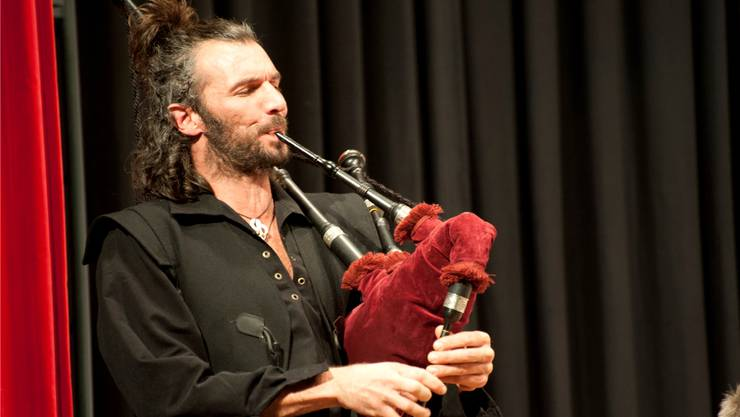 Der Dudelsackbläser Tom Freiburghaus überraschte das Publikum.