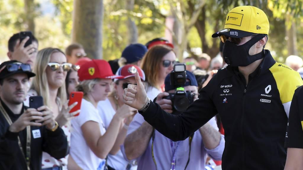 Ein skurriles Bild: Formel-1-Fahrer Esteban Ocon mit Schutzmaske