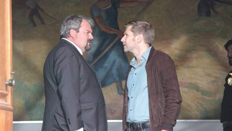 Bestatter Luc Conrad (Mike Müller, links) hat gelauscht, als Kriminalfahnder Reto Dörig (Samuel Streiff) einen verdächtigen Grossrat befragt hat.