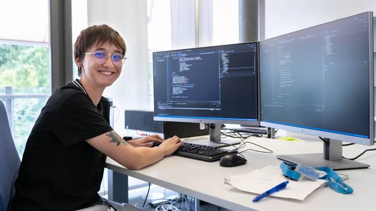 Michelle Schär (20) aus Lenzburg ist Applikationsentwicklerin. Sie muss in acht Stunden ein Programm schreiben.
