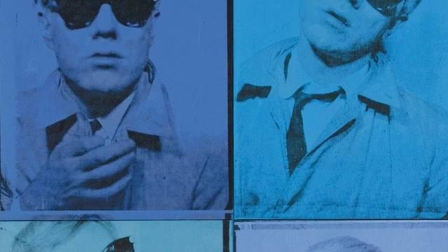 Das Selbstbildnis zeigt den Künstler viermal mit Sonnenbrille (Ausschnitt)