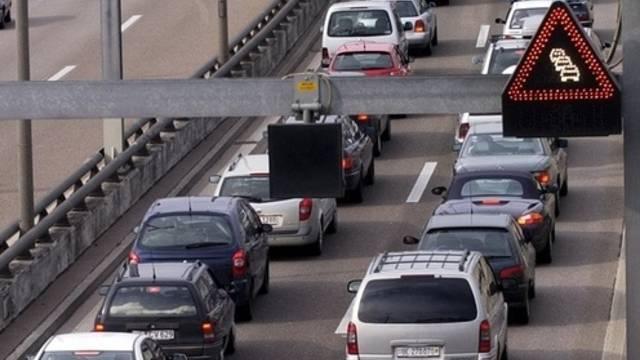 Bei der Kollision von zwei Autos im Tunnel der Autobahn A3 in Basel sind am Freitagnachmittag vier Personen verletzt worden. (Symbolbild)
