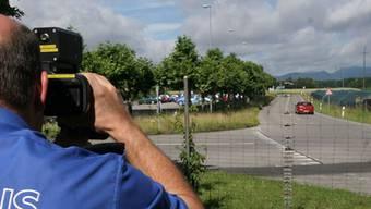 Mit den Lasermessgeräten der Kantonspolizei Solothurn und der Städte Grenchen und Solothurn wurden auf den Gemeindegebieten im Kanton Solothurn während 32,68 Stunden 22 Messungen durchgeführt. Symbolbild