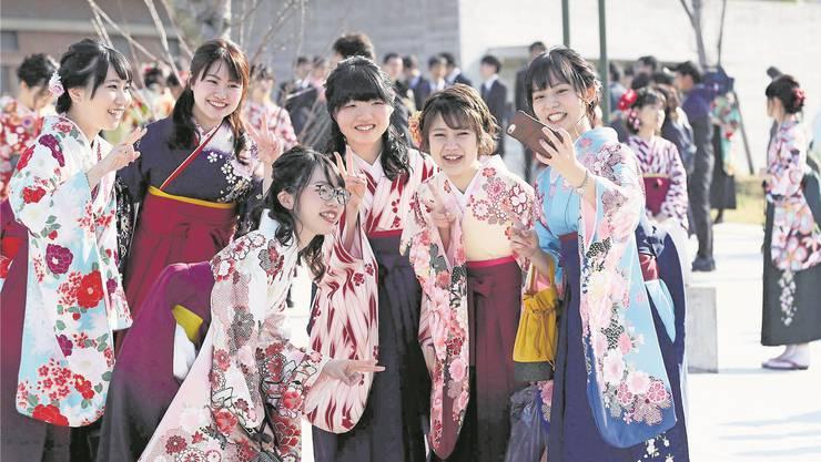 Japanische Universitätsabsolventinnen feiern ihren Abschluss in traditioneller Kleidung. The Yomiuri Shimbun