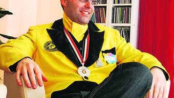 Brödlimeister Bernhard Schmid in seiner gelb-schwarzen Fasnachts-Montur, die für die Spanischbrödlizunft seit ihrer Gründung 1930 ein unabdingbares Muss ist. Auch 2010 wird er damit in den Gassen unterwegs sein. Foto: rr
