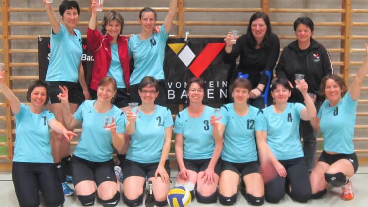 Die Ü32-Damen des Vom Stein Baden stossen auf den Titel an.JPG