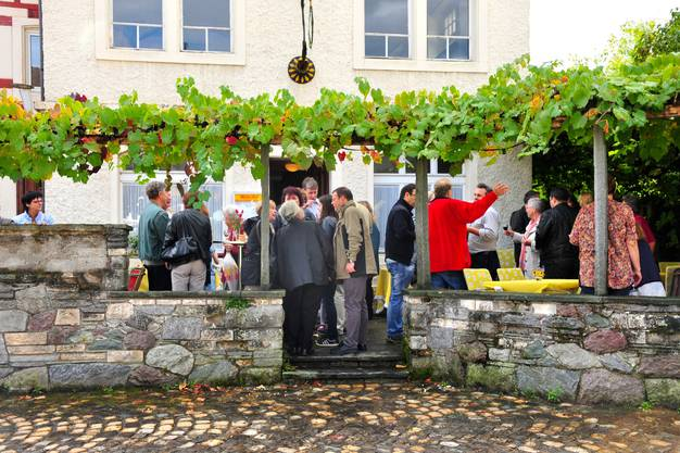 Nach der Messe offerierte die katholische Kirchgemeinde einen Apéro im Weissen Wind. Dabei wurde rege diskutiert.