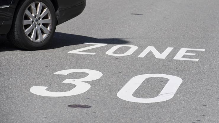 Der Gemeinderat wird einen Grundsatzentscheid fällen, welche Strassen neu ins Tempo-30-Regime aufgenommen werden sollen. (Themenbild)
