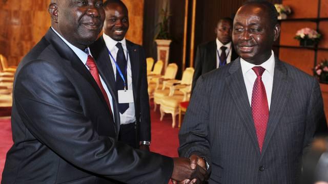 Präsident Bozizé und Rebellenführer Djotodia schütteln sich nach den erfolgreichen Verhandlungen die Hände
