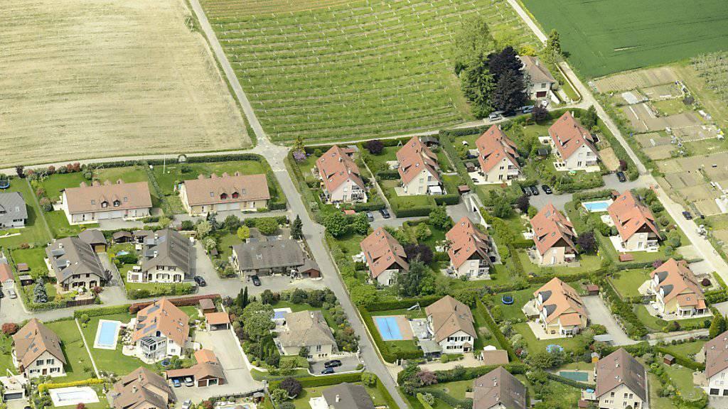 Gibt es künftig neue, teils radikale Regeln für Ein- und Auszonungen? Das Schweizer Stimmvolk entscheidet heute über die Zersiedelungsinitiative. (Themenbild)