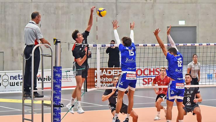 17 Punkte markierte Schönenwerds Diagonalangreifer Yves Roth (im Angriff) beim 3:1-Sieg gegen Titelverteidiger Lausanne am zweiten Spieltag.