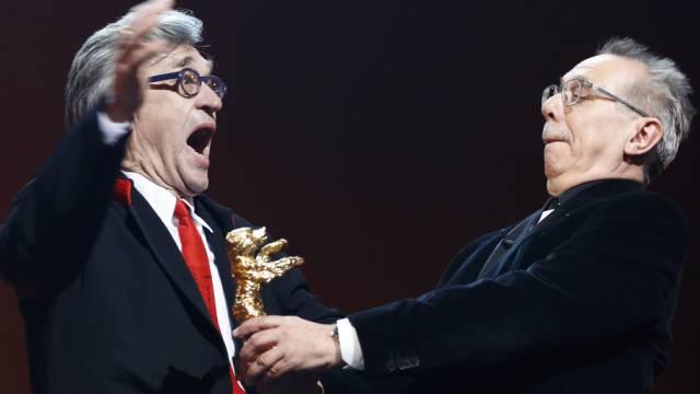 Grosse Freude: Regisseur Wim Wenders (links) erhält den Ehrebären
