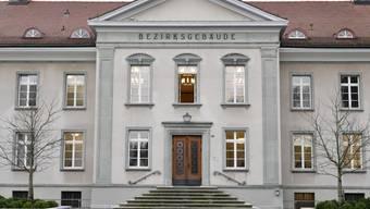 Vor dem Bezirksgericht in Bülach ZH werden zwei Mordtaten verhandelt. Die Anklägerin beantragt lebenslänglich für alle drei Beschuldigten und zudem Verwahrung für den Hauptangeklagten. (Archivbild)