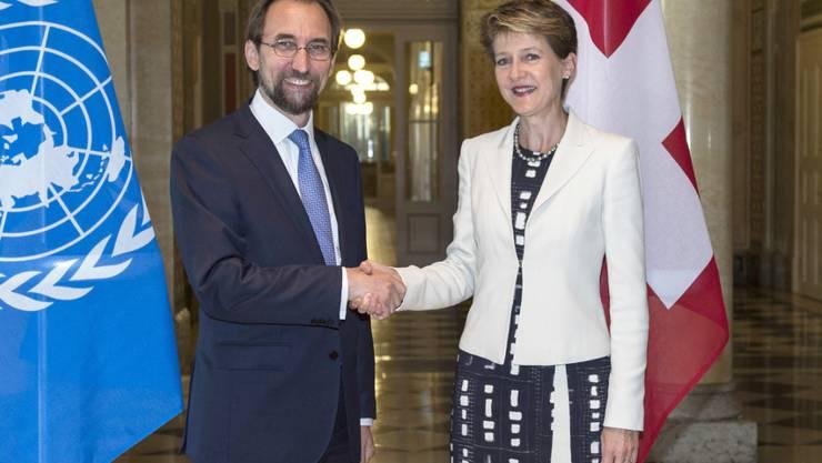 Bundespräsidentin Simonetta Sommaruga begrüsst Said Raad Al-Hussein, Hochkommissar für Menschenrechte zu einem offiziellen Besuch in Bern.