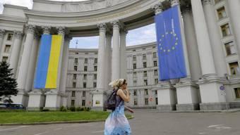 Ukraine- und EU-Flagge an Ukraines Aussenministerium vor der Wahl