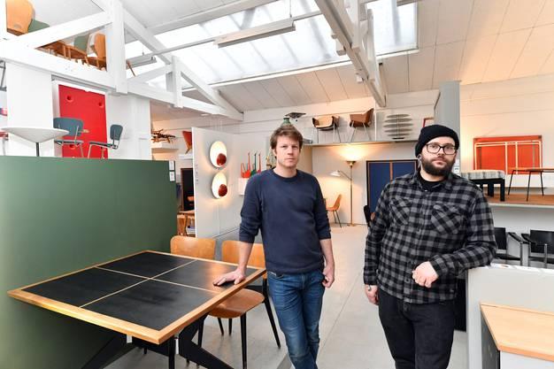 Pascal Bucheli (links) und Michael Fischer (rechts) haben Schweizer Möbel aus dem 20. Jahrhundert zusammengetragen.