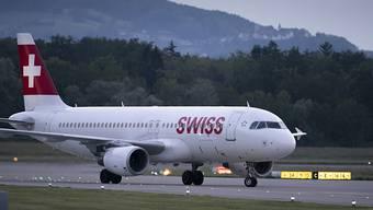 Die Fluggesellschaft Swiss hat in den ersten neun Monaten höhere Treibstoffkosten und den Preiskampf zu spüren bekommen. Der Betriebsgewinn (EBIT) sank um 11 Prozent auf 490 Millionen Franken. (Archiv)