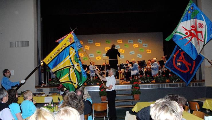 Die Vereinsbanner der Dorfvereine von Schneisingen entbieten der neuen Fahne der Musikgesellschaft die Ehre.