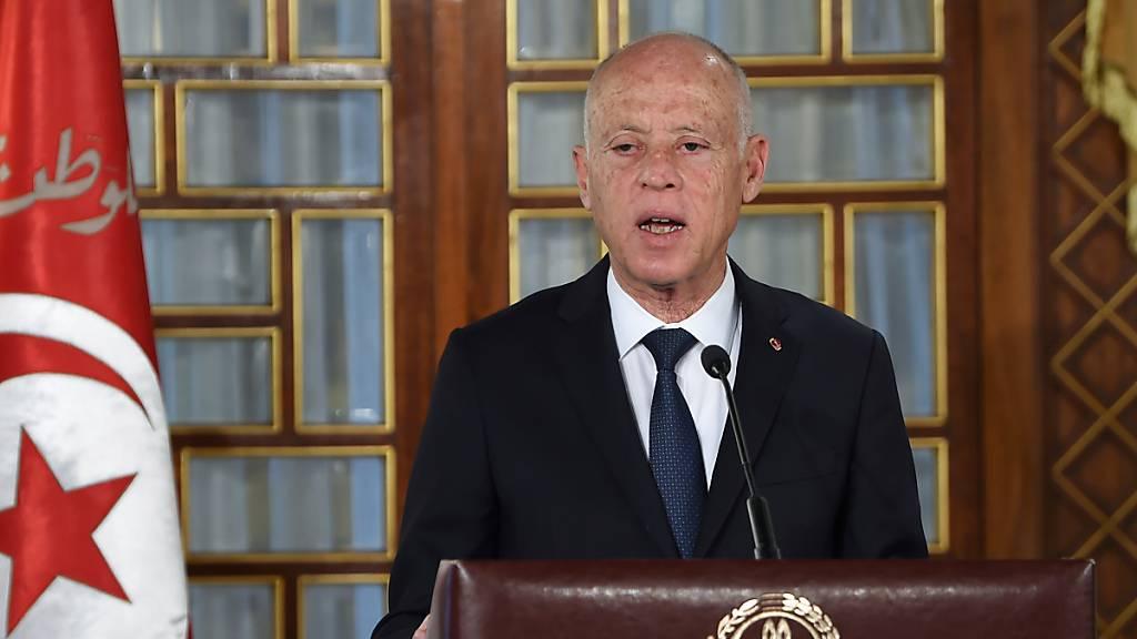 Kais Saied, Präsident von Tunesien, hält wehrend der Vereidigungszeremonie der neuen Regierung im Palast der Republik eine Rede. Saied hat die Suspendierung des Parlaments verlängert.