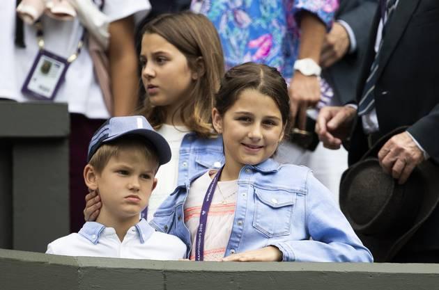 Federers Kinder verfolgten die Startpartie von der Tribüne aus.