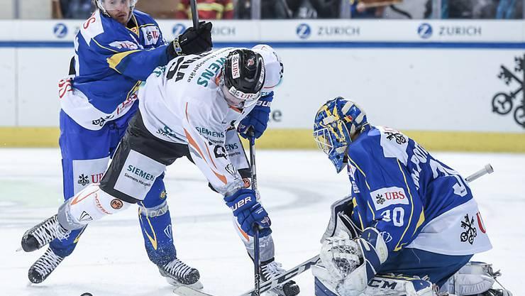 Erfolgreich gewehrt: Magnus Nygren und Goalie Joren van Pottelberghe sichern gegen Hämeenlinna den Davoser Halbfinal-Einzug