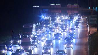 Dicht gedrängter Verkehr auf der A1