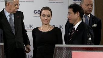 Schauspielerin Angelina Jolie zwischen Italiens Premier Monti (links) und Japans Aussenminister Fumio Kishida in London