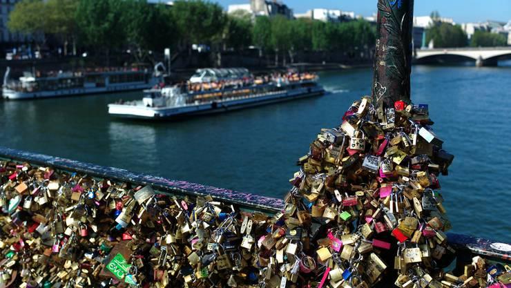 Ein Teil der Pariser Liebesbrücke Pont des Arts ist am Sonntag eingestürzt. Das Brückengeländer konnte der Last der daran befestigten «Liebesschlösser» nicht mehr standhalten.