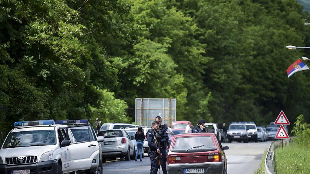 Polizeiaktion gegen mutmassliche Schmuggler im Norden Kosovos: Beamte kontrollieren Autos beim Dorf Cabra.