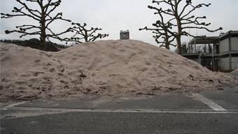 Riesige Dünen erheben sich seit Wochen vor dem Badi-Eingang. Sie sind für die Beachvolleyball-Anlage bestimmt.