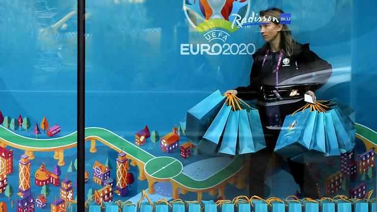 Bukarest ist heute der Gastgeber für die Gruppenauslosung der Fussball-EM 2020. Eine freiwillige Helferin stellt für die offiziellen Delegationen Geschenke bereit