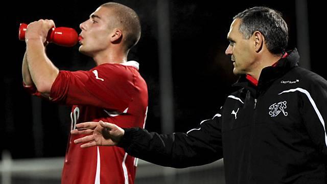 Der Schweizer Coach Pierluigi Tami mit 1:0-Torschütze Pajtim Kasami