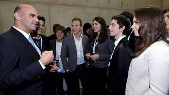 Bundesrat Alain Berset zusammen mit Teilnehmern des Wettbewerbs der Stiftung Jugend forscht