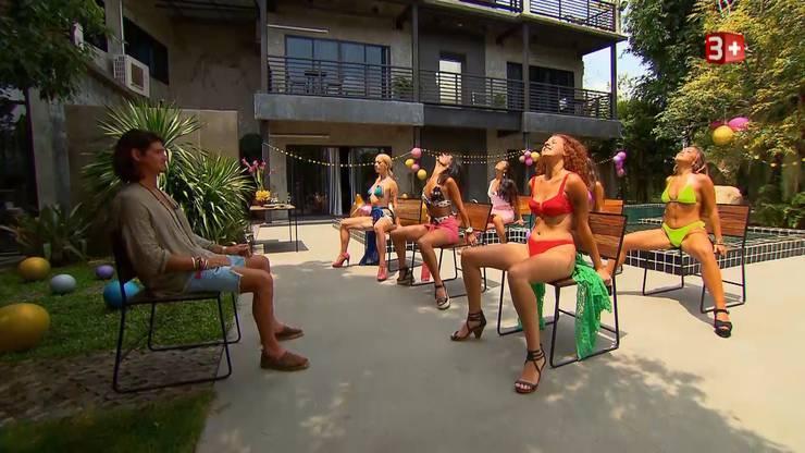 Vor der Poolparty darf Patric Haziri eine aufreizende Choreographie der sechs Frauen geniessen.