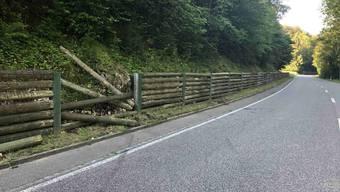 Nach ersten Erkenntnissen geriet der Lenker zunächst von der Fahrbahn ab und kollidierte anschliessend frontal mit der Rundholzwand.