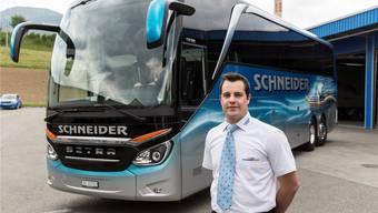 Patrick Schneider vom Carunternehmen Schneider Reisen in Langendorf zeigt den Car, mit welchem am Dienstag erstmals die Weltausstellung in Mailand angefahren wird.