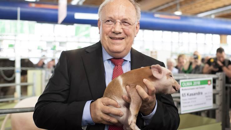Das traditionelle Foto darf nicht fehlen: Bundesrat Schneider-Ammann posiert mit einem Säuli.