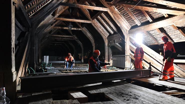 Aufbau der Notbrücke für die Alte Holzbrücke in Olten