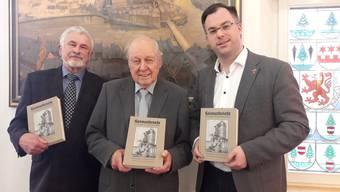Die Autoren Franz Schwendemann und Martin Blümcke präsentieren zusammen mit Bürgermeister Ulrich Krieger (v.l.) die gedruckte und kommentierte Ausgabe der Heimatbriefe.